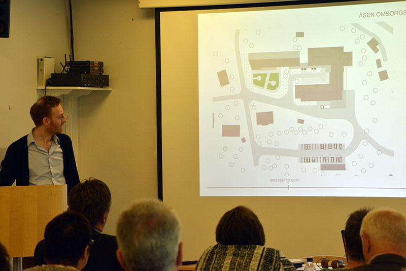 Arkitekt Peter Amundsen legger fram skissen for Åsen omsorgssenter.