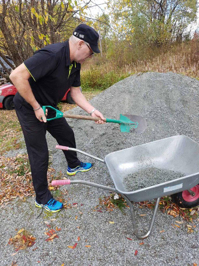 Johny Olsborg og kona Tone har tatt spaden i egne hender, og reparert deler av den kommunale vegen på Oldersletta. Foto: Privat.