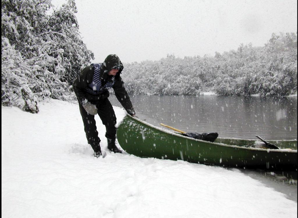 Snøværet var tydeligvis ikke til hinder for at noen la ut på en kanotur.
